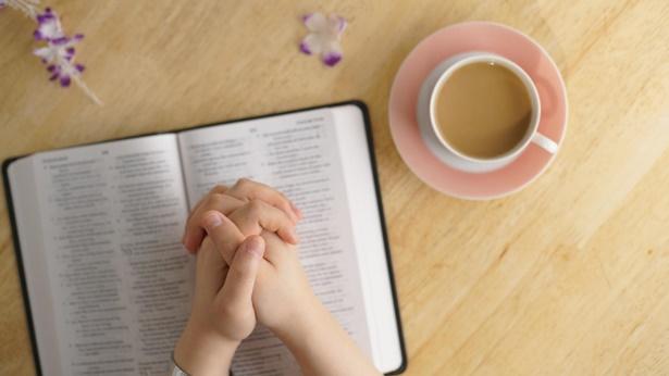 Hoe moet je tot God bidden zodat God luistert?