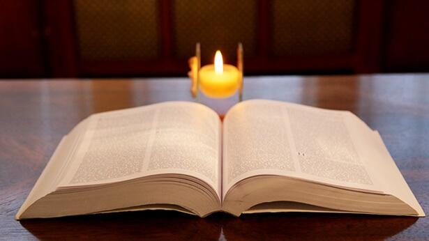 3. De Bijbel is samengesteld door de mens, niet door God; de Bijbel kan God niet vertegenwoordigen